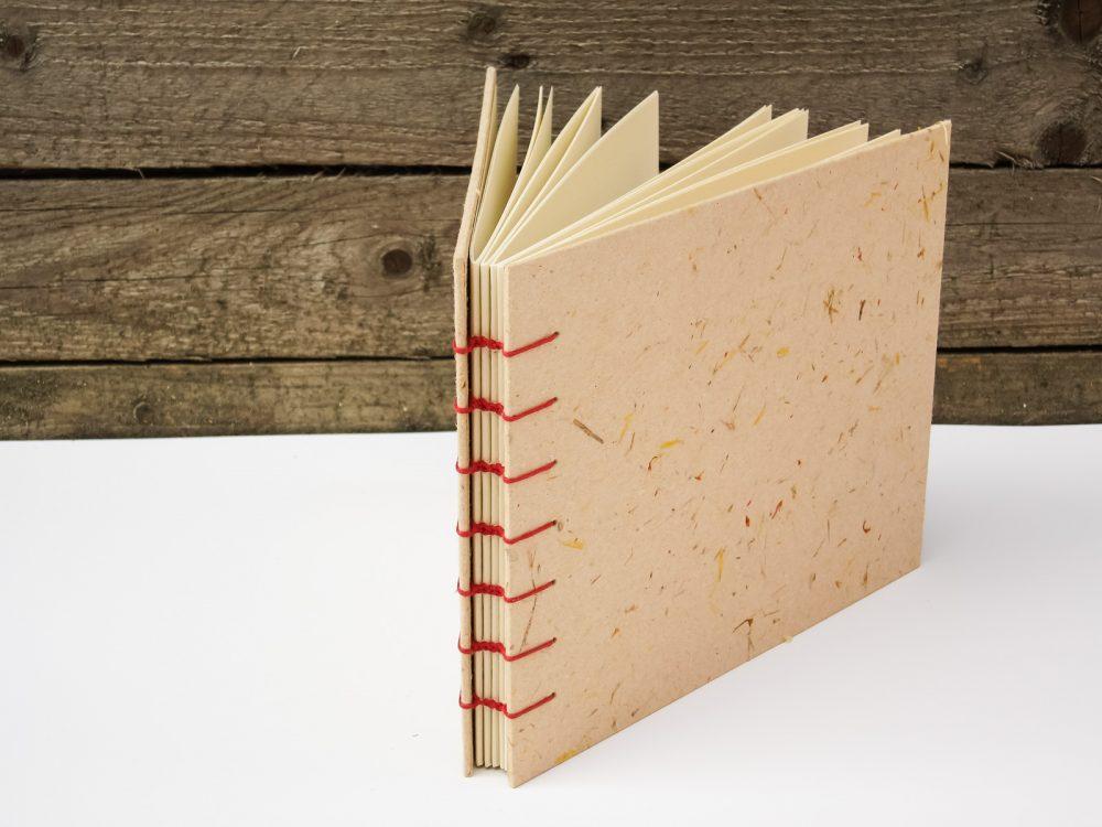 Фото албуми и сватбени книги с твърда корица, облечена с ръчна хартия.